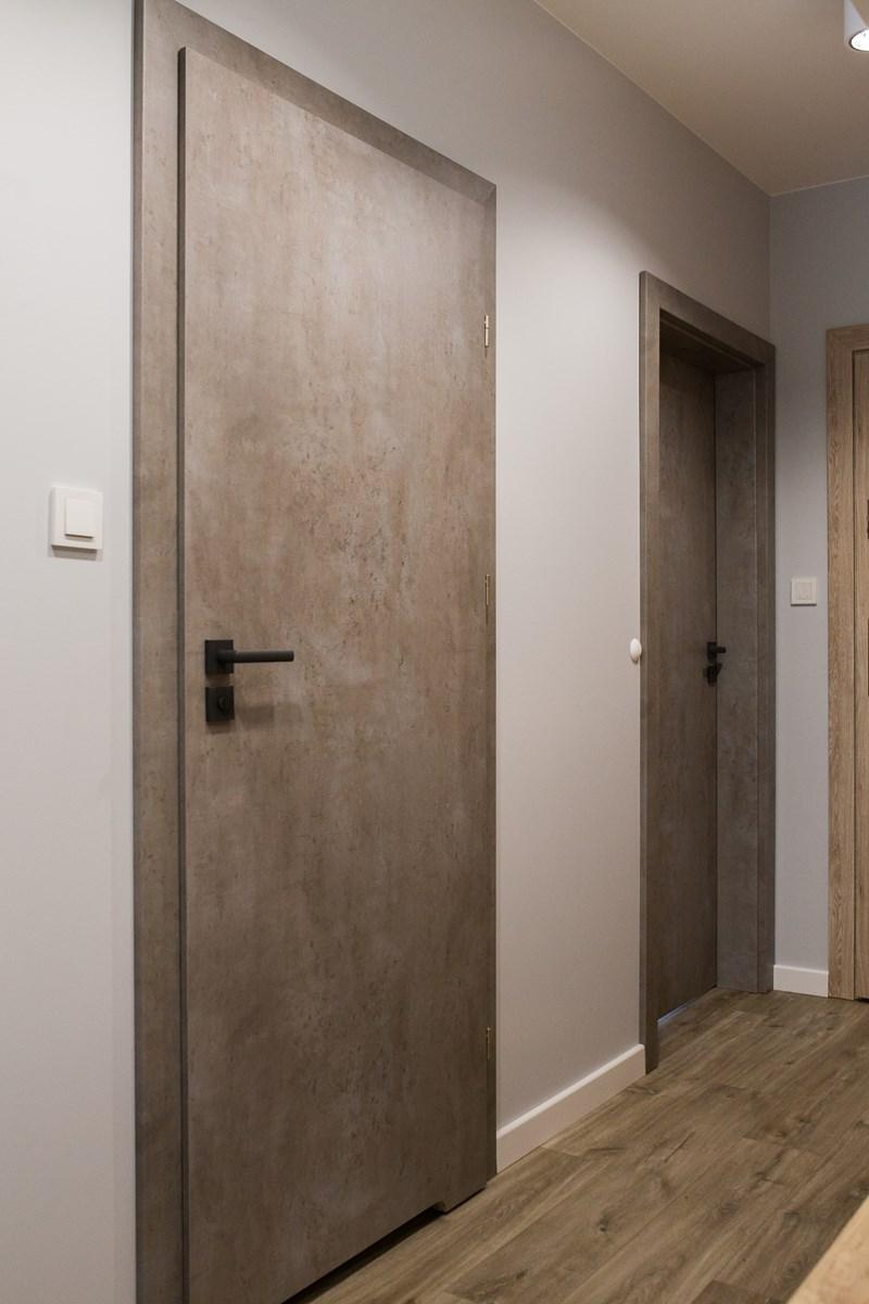 Drzwi w kolorze betonu