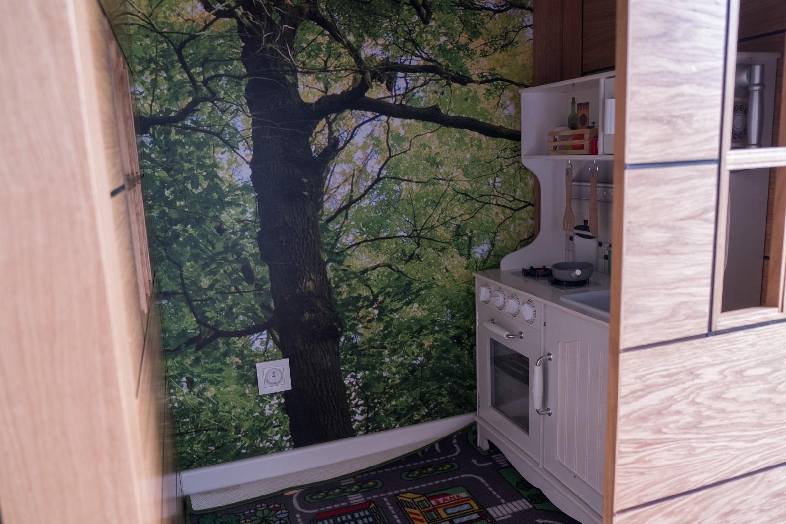 domek dla dzieci w pokoju dziecięcym